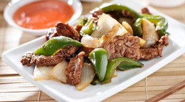Kinesisk mad på tallerken - oksekød og peberfrugt