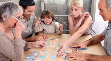 Familien lægger puslespil