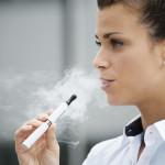 Kvinde ryger elektronisk cigaret