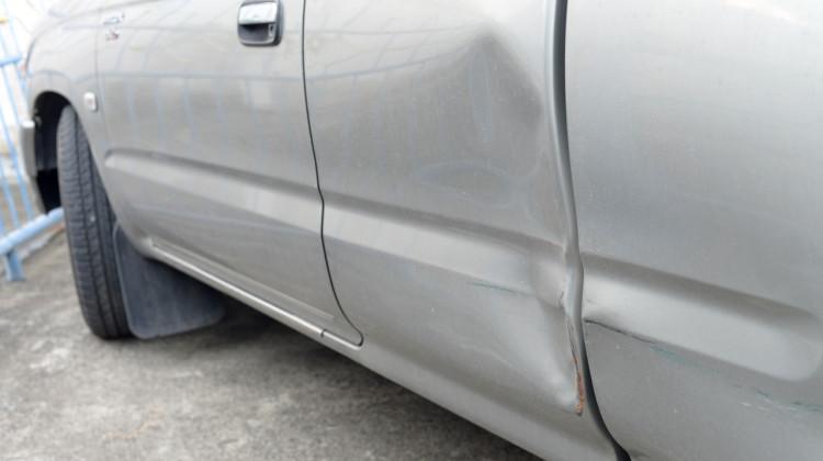 Bil med bule i døren