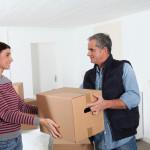 Flyttemand giver flyttekasse til kvinde