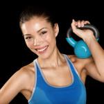 Kvinde med blå kettlebell træner