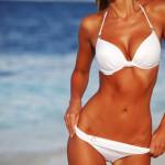 Solbrun kvinde i hvid bikini