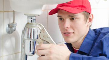 VVS mand reparerer en håndvask