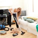 Kvinde støvsuger i stuen